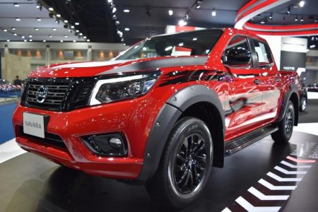 Nissan-Navara-Black-Edition-fron-three-quarters-left-side-at-2017-Bangkok-International-Motor-Show