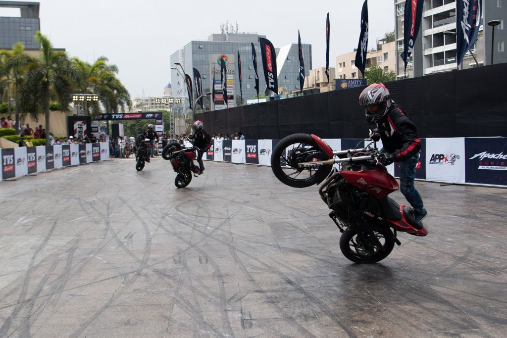 https://www.thrustzone.com/wp-content/uploads/2019/06/TVS-Apache-Breaks-Stunt-Record-Entry-Into-the-Asia-Book-of-Records-1.jpg