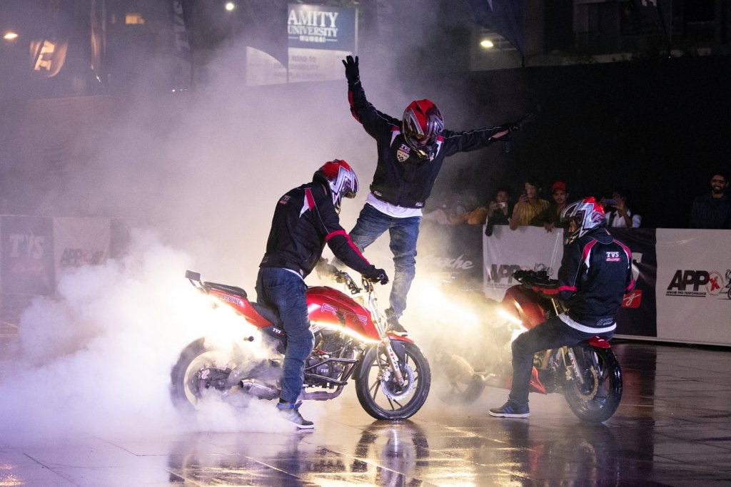 https://www.thrustzone.com/wp-content/uploads/2019/06/TVS-Apache-Breaks-Stunt-Record-Entry-Into-the-Asia-Book-of-Records-3.jpg