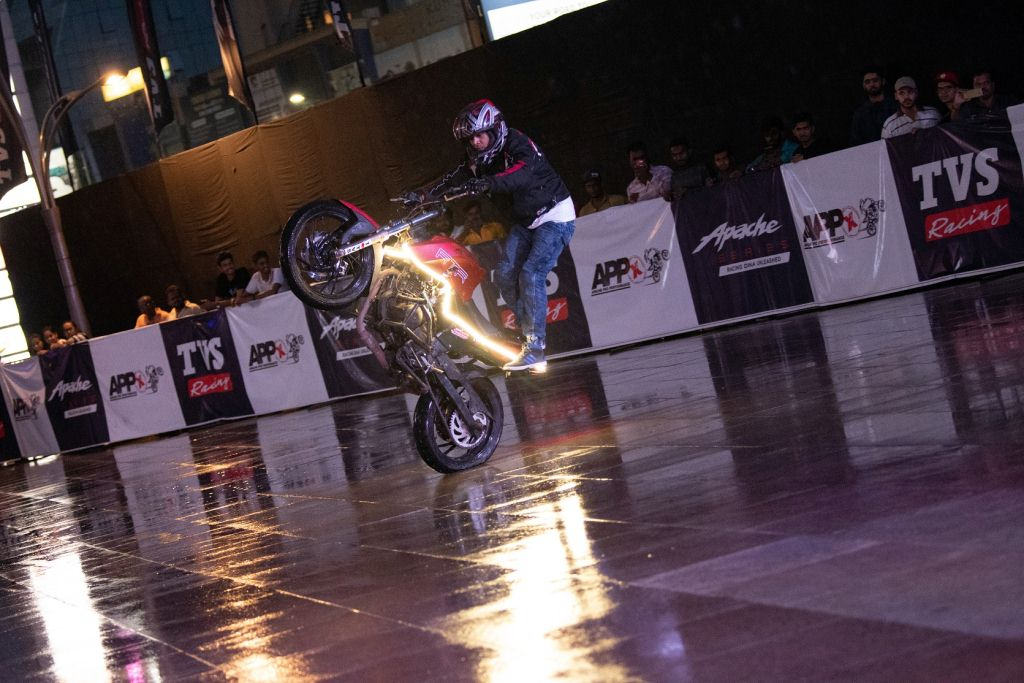 https://www.thrustzone.com/wp-content/uploads/2019/06/TVS-Apache-Breaks-Stunt-Record-Entry-Into-the-Asia-Book-of-Records-4.jpg
