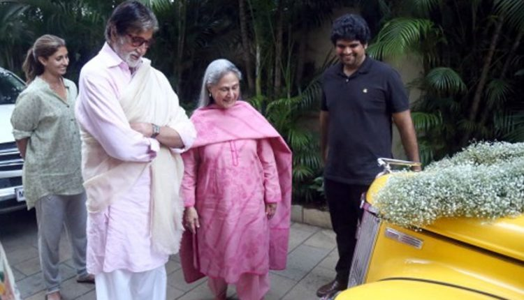 Amitabh Bachan Gets Gifted A Ford Perfect (1)